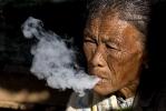 Cheroot rauchende Frau